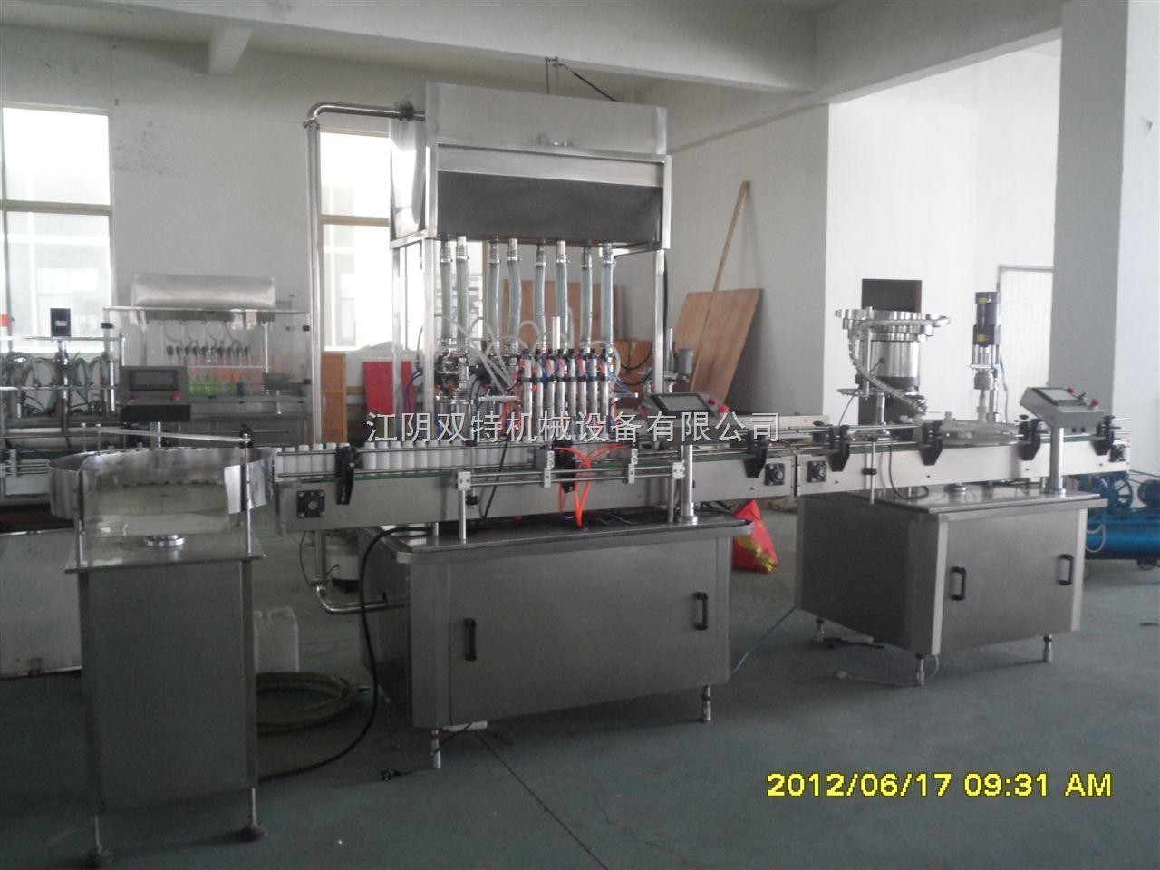 直线式灌装机是为用户对于制药、食品、化工、农药等行业的液体灌装而设计的。采用活塞式计量泵,并各自进行单独调整,因此充填量准确,结构合理,操作方便,能适用于不同材质及不同规格的瓶。计量泵物料接触部份,均采用316L不锈钢,拆卸方便,易于清洗消毒,符合GMP标准。 直线式灌装是一种间隙灌装,它由输瓶带,进瓶、挡瓶、定位机构,灌装头,活塞式计量泵组,电器部分等主要部件组成。这此机构通过机械传动系统使它们有机地结合,协调紧凑地按人为的要求动作,以完成理瓶,输瓶,定位,挡瓶,定量灌装等动作。整机由电机拖动外,输瓶带